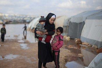 19 كانون الثاني/يناير: أطفال يقفون خارج خيمتهم في أحد المخيمات الواقعة شمال غرب سوريا.