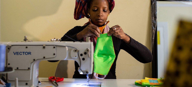Mulher costura máscaras na África do Sul