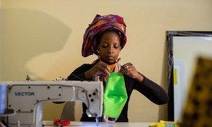 Une femme fabrique des masques faciaux pour les vendre pendant la crise de la Covid-19 à Johannesburg, en Afrique du Sud.