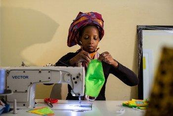 امرأة تصنع أقنعة الوجه لبيعها خلال أزمة فيروس كورونا المستجد في جوهانسبرج fجنوب أفريقيا.