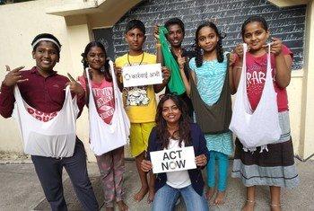 संयुक्त राष्ट्र की 'कार्रवाई अभी' मुहिम के तहत, रूना रे, बच्चों को टीशर्ट से थैले बनाना सिखा रही हैं.