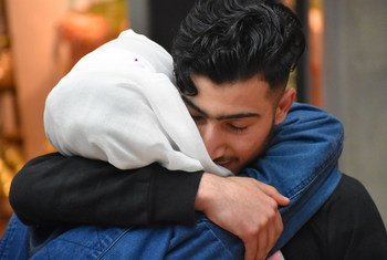 一名叙利亚少年在德国的一个机场与家人团聚。