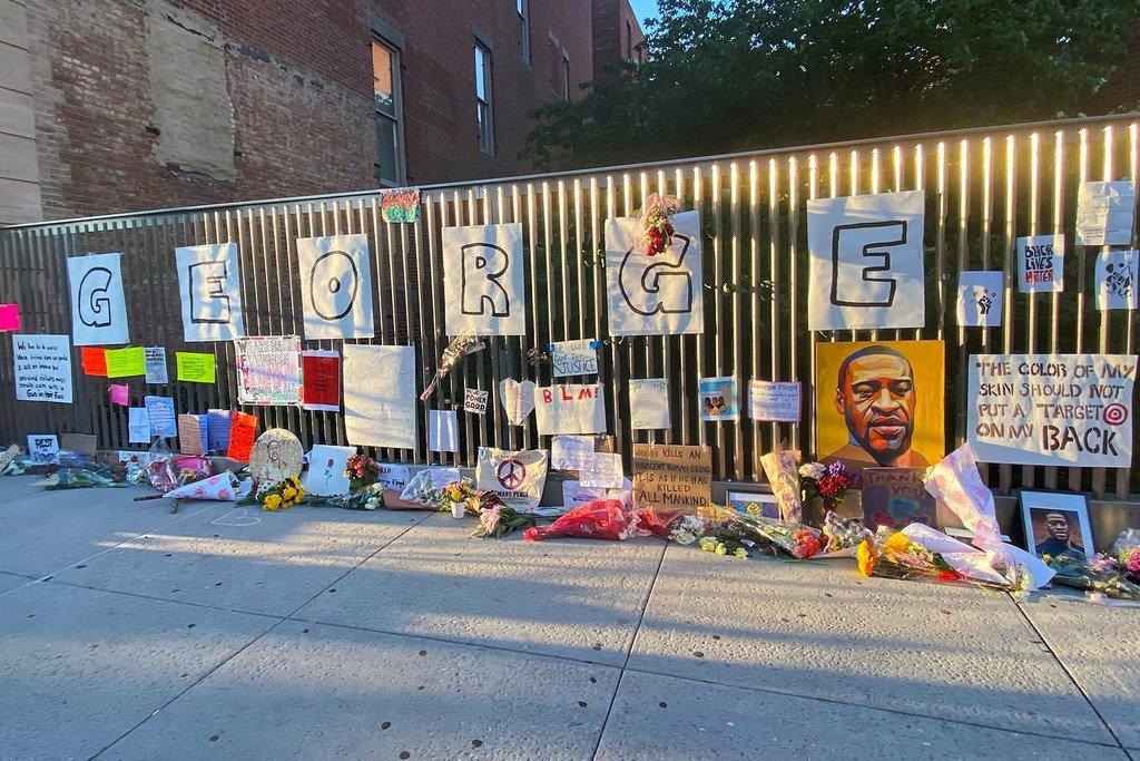 A Harlem, un quartier de la ville de New York, un mémorial impromptu a été installé en hommage à George Floyd, qui a été tué aux mains de la police