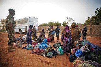 Les migrants sont menacés par la Covid-19. Sur cette photo, des Nigériens bloqués au Burkina Faso après avoir fui les affrontements dans les zones d'extraction d'or..