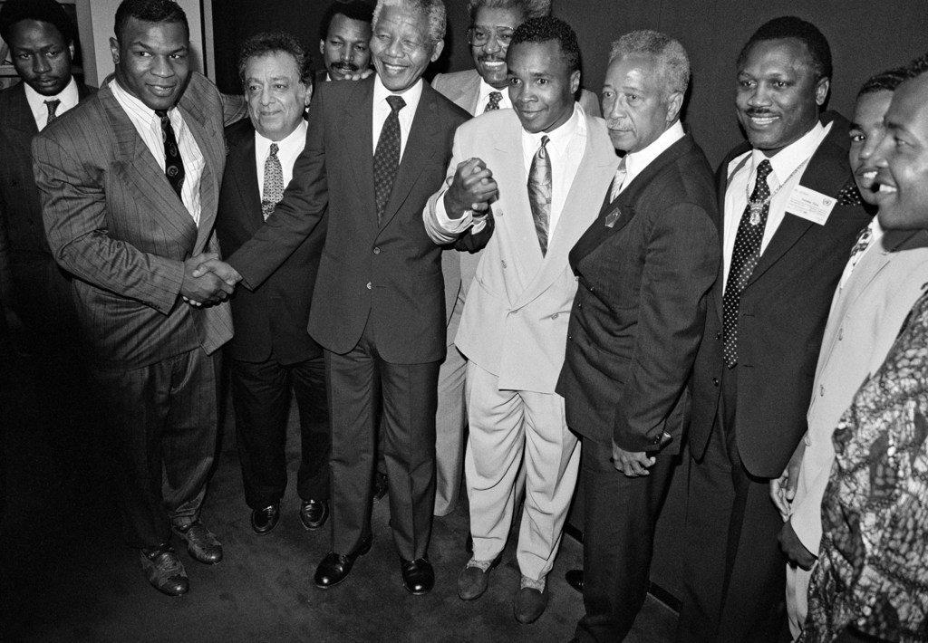 ONU/Milton Grant Nelson Mandela con los boxeadores estadounidenses Mike Tyson, Sugar Ray Leonard y Joe Frazier; el presidente del Consejo Mundial de Boxeo, José Sulaimán; y el alcalde de Nueva York David Dinkins, quienes apoyaron la lucha contra el apartheid. Junio de 1990