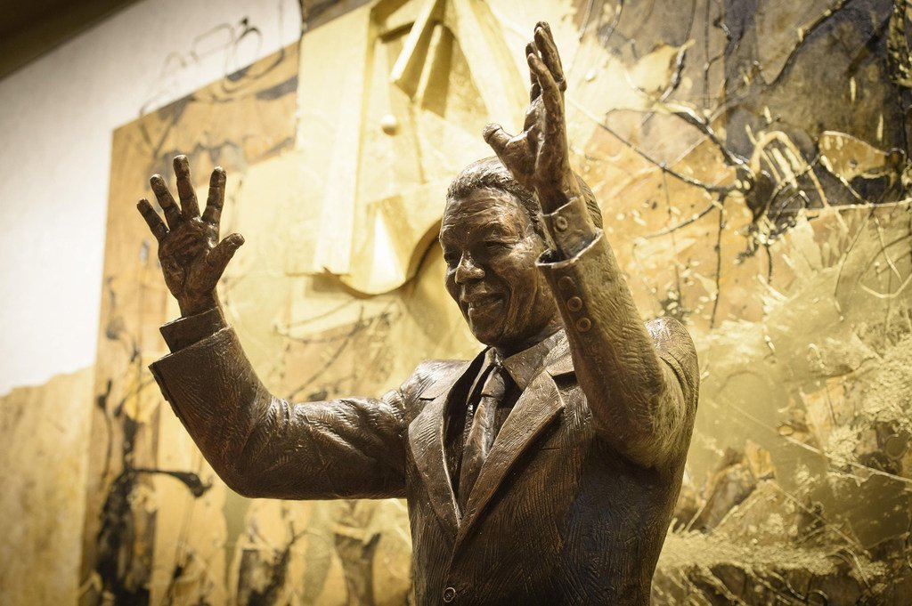 ONU/Ariana Lindquist Una estatua de Nelson Mandela se encuentra en la entrada de visitantes del edificio de la ONU en Nueva York desde 2018.