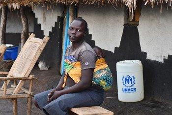 Mkimbizi wa Sudan Kusini na mtoto katika makazi ya Bele katika Jamhuri ya Kidemokrasia ya Kongo.