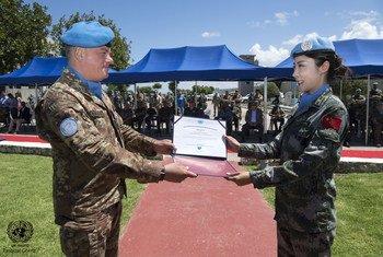 联黎部队司令为来自中国的高级排雷参谋辛源颁发荣誉证书。