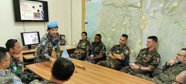 高级排雷参谋辛源为联黎部队有关人员介绍扫雷行动