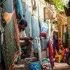 Wafanyikazi wa jamii huko Bangladesh wanafanya kaziya kusambaza vifurushi vya usafi na kukuza uhamasishaji wa kuzuia coronavirus.