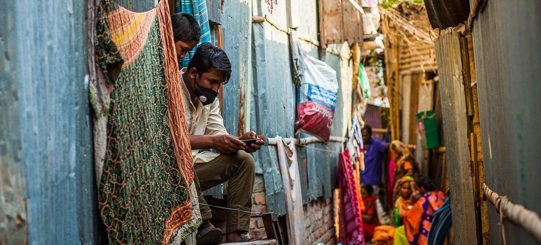 孟加拉国社区工作者正在第一线分发卫生用品并宣传防疫知识。