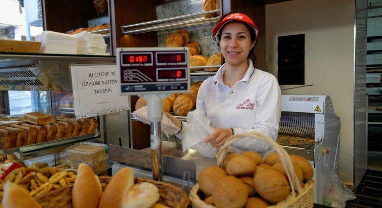 عاملة في مخبز بتيرانا في ألبانيا.