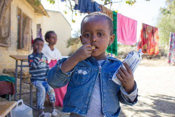 Una niña de tres años de Tigray, Etiopía, come galletas de alto contenido calórico para mejorar su nutrición.