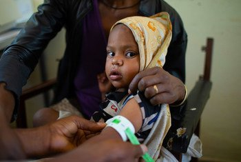 इथियोपिया के टीगरे क्षेत्र में, एक स्वास्थ्य केन्द्र पर, एक बच्चे की कुूपोषण जाँच किये जाते हुए.