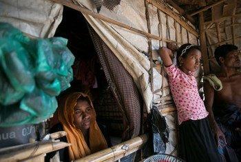 Dildar Begum, 25 ans, et sa fille Nur Kalima, 12 ans, tiennent une boutique dans le camp de Hakimpara. Son mari et d'autres enfants ont été brutalement tués au Myanmar.