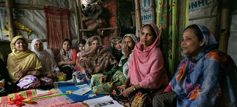 因为没有专门的女校,许多罗兴亚妇女和女童在缅甸时并未上学。如今她们正在难民营内接受基础教育。