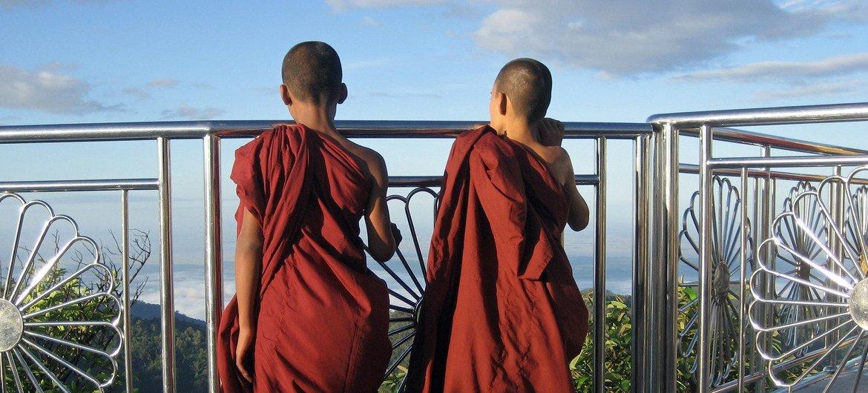 缅甸孟邦佛教圣地金石塔上的两名年轻僧侣。