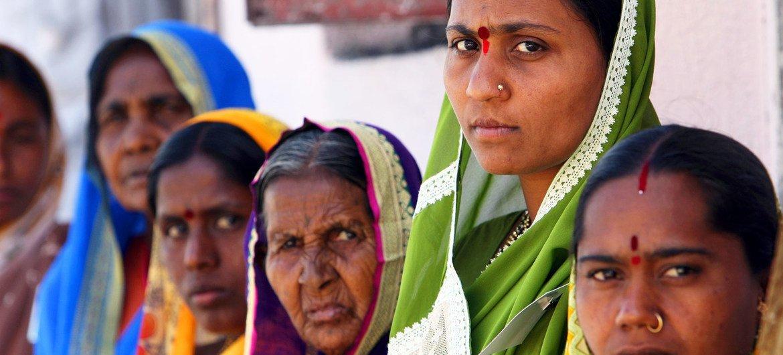 भारत के औरंगाबाद शहर में, कुछ महिलाएँ. आँकड़ों के अनुसार, बहुत बड़ी संख्या ऐसी महिलाओं की है जो अपने शरीर, सैक्स व स्वास्थ्य के बारे में ख़ुद फ़ैसले नहीं ले सकतीं.