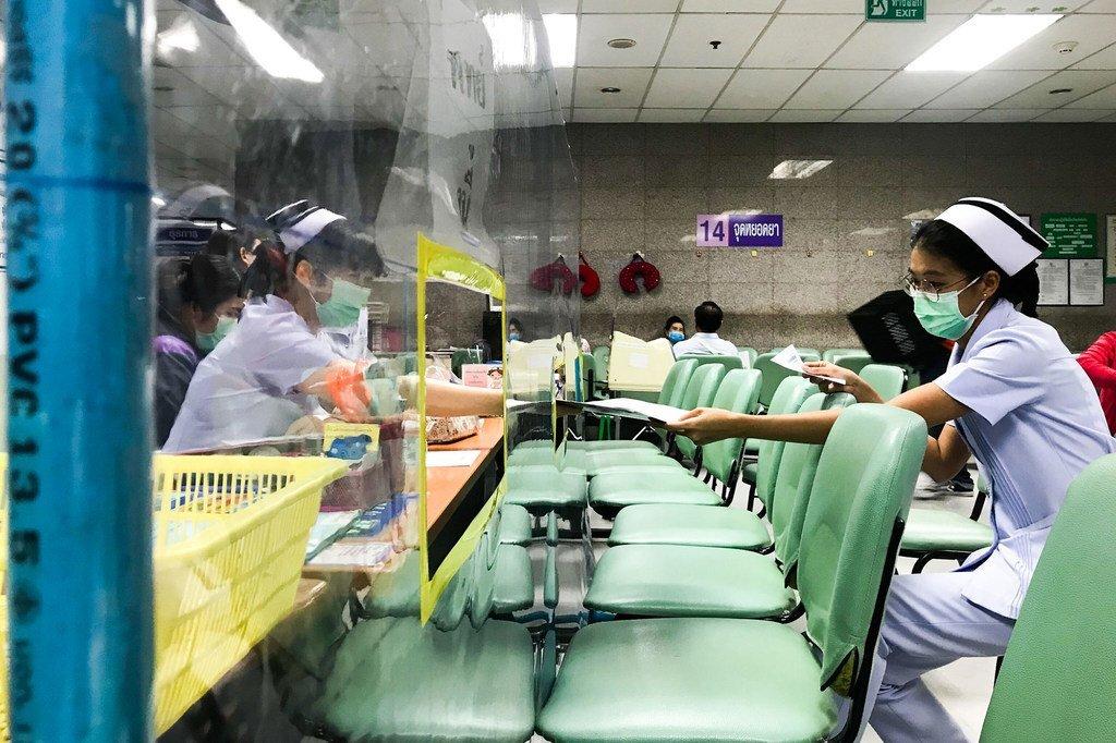 Sièges et parois en plastiq.ue ont été installés dans un hôpital à Bangkok, en Thaïlande, pour respecter les règles de distanciation physique