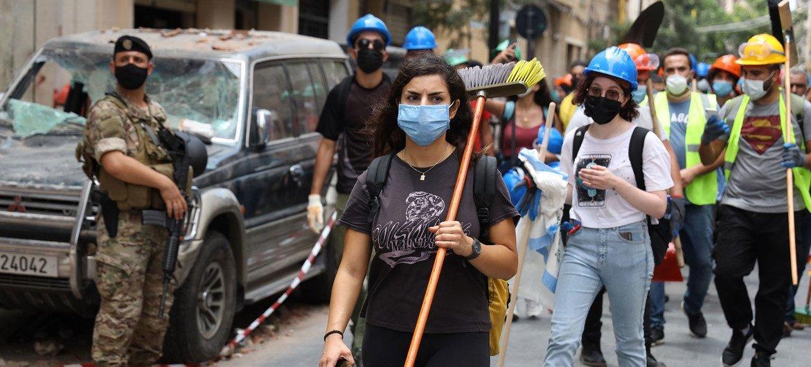 Des membres de la communauté nettoient les conséquences de l'explosion catastrophique dans la région de Gemmayze, à Beyrouth, au Liban.