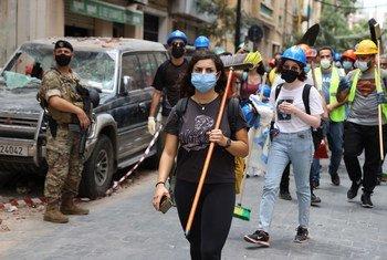 Voluntarios se unen a las tareas de limpieza tras la catastrófica explosión en Beirut, Líbano.