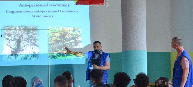 国际移民组织工作人员向波斯尼亚和黑塞哥维那境内的移民讲解地雷的危险。