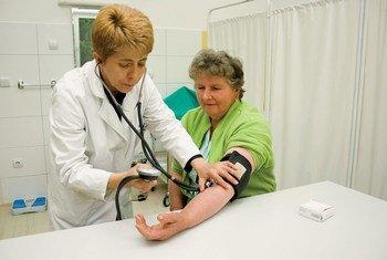 बोस्निया एंड हर्त्ज़ेगोविना में एक क्लिीनिक में महिला के स्वास्थ्य की जांच.