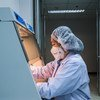 Una técnica en un laboratorio de Tailandia estudia muestras zoonóticas.