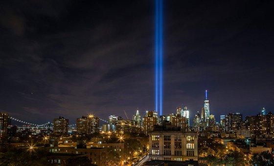 9/11 के आतंकवादी हमलों की याद में, रौशनी के ज़रिये श्रद्धांजलि अर्पित करने की परम्परा नज़र आई है