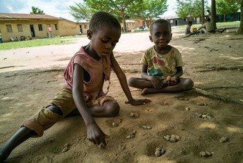 Des enfants déplacés par la violence jouent dans une cour d'école en République démocratique du Congo.