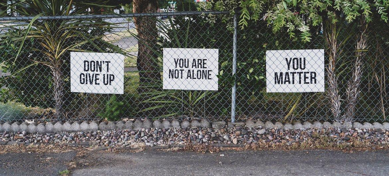 « N'abandonnez pas », « Vous n'êtes pas seul », « Vous comptez ». Chaque année, plus de 700 000 personnes se suicident dans le monde.
