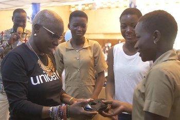 سفيرة النوايا الحسنة لليونيسف، أنجليك كيدجو تتبرع بآلاف الأحذية للفتيات في بنن.
