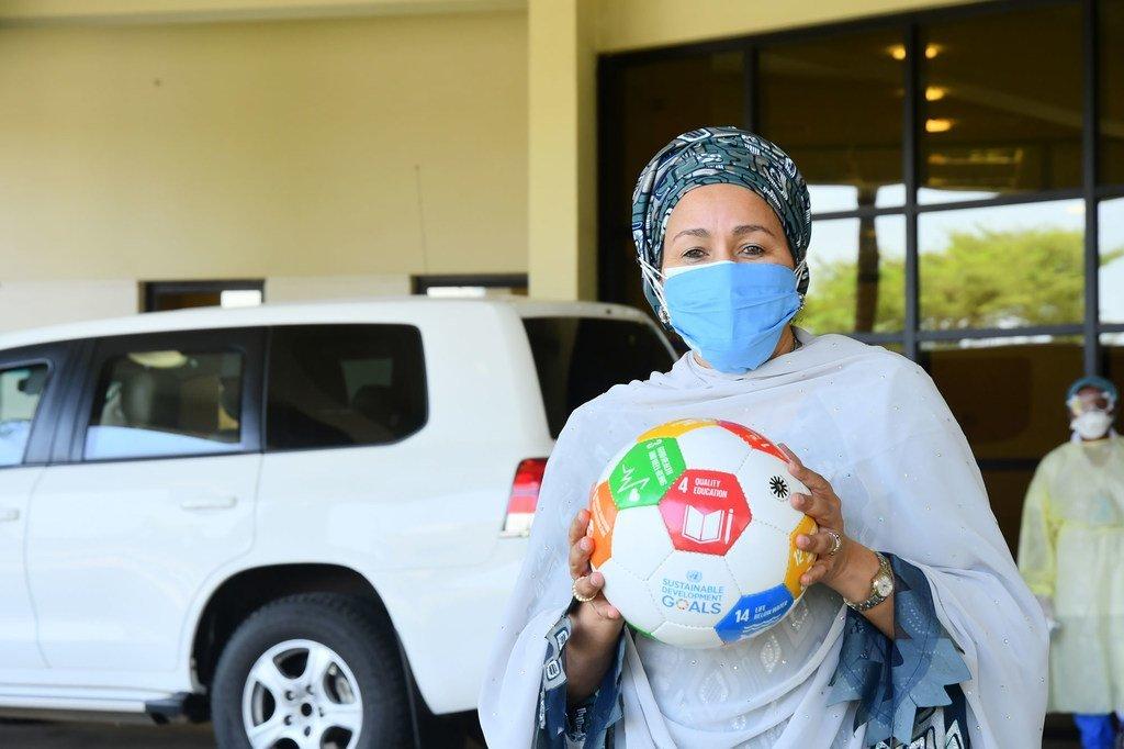 من الأرشيف: أمينة محمد، نائبة الأمين العام للأمم المتحدة، تحمل كرة قدم عليها شعار أهداف التنمية المستدامة في العاصمة النيجيرية أبوجا في المحطة الأولى من زيارة تضامنية لمدة أسبوعين إلى غرب أفريقيا ومنطقة الساحل.