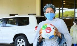 Amina Mohammed, Vice-Secrétaire généralede l'ONU, tient dans ses mains un ballon de football aux couleurs des ODD dans la capitale nigériane Abuja, lors de la première étape d'une visite de solidarité de deux semaines en Afrique de l'Ouest et au Sahel.