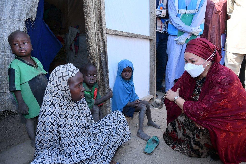 Naibu katibu Mkuu wa Umoja wa Mataifa Amina Mohammed alipokutana na msichana katika jimbo la Borno kaskazini mashariki mwa Nigeria