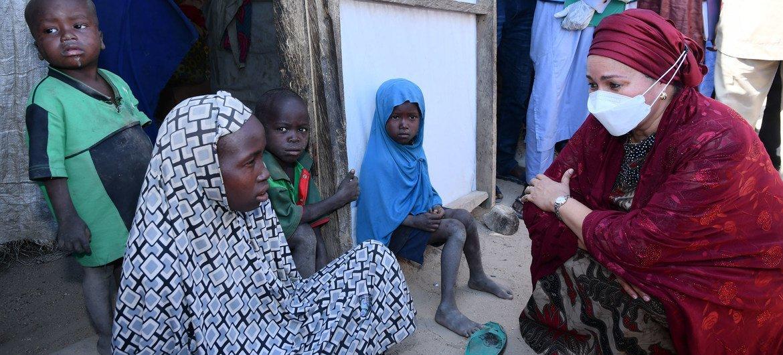 A vice-secretária-geral da ONUAmina Mohammed fala com menina em Borno, na Nigéria, durante visita este ano.