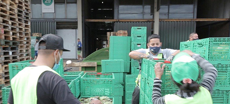 Trabajadores esenciales en el Mercado Central de Buenos Aires durante la pandemia de coronavirus.