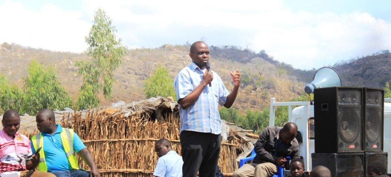 Maxwell Matewere, s'adresse à une communauté locale au Malawi sur la menace de la traite des êtres humains.
