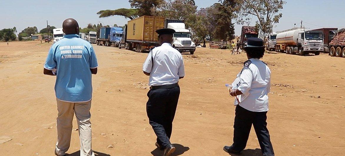 Maxwell Matewere (à gauche), expert en prévention de la criminalité auprès de l'Office des Nations Unies contre la drogue et le crime (ONUDC), est accompagné de deux fonctionnaires alors qu'il enquête sur la traite des êtres humains au Malawi.