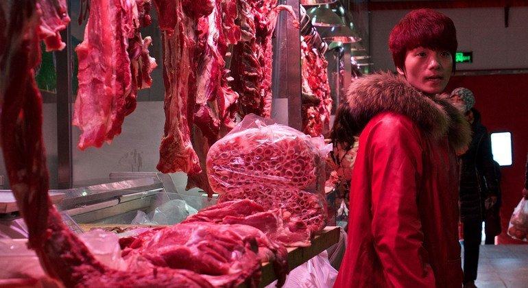 Barraca de carne em um mercado em Pequim, China