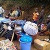 Des demandeurs d'asile fuyant les tensions électorales en Côte d'Ivoire attendent au poste frontière de Buutuo, au Liberia voisin.