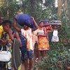 为逃离科特迪瓦选举紧张局势的寻求庇护者绕过主要边境入境点,通过一条森林小路前往利比里亚。