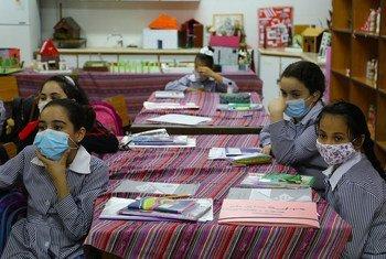 طالبات يرتدين الأقنعة في المدرسة في مخيم الفارعة للاجئين الفلسطينيين في الضفة الغربية.