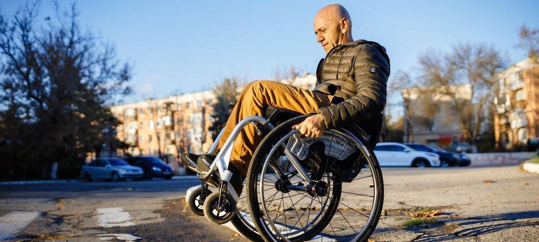 يستغرق دميرتي كوزوك، الناشط في مجال حقوق ذوي الإعاقة، الكثير من المهارة والجهد للتنقل في شوارع المدينة على كرسيه المتحرك.