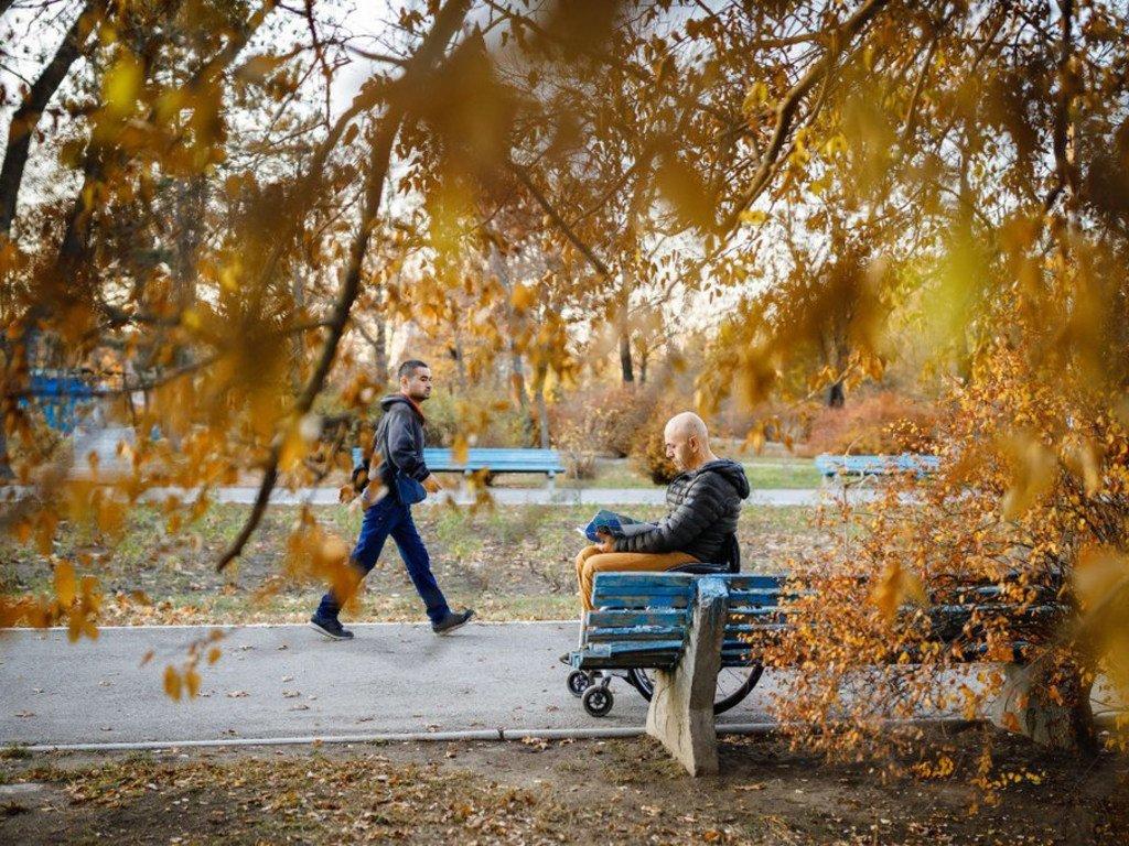 摩尔多瓦的一座公园内,德米特里坐着轮椅欣赏秋景。