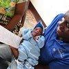 काँगो गणराज्य के एक अस्पताल में एक नवजात शिशु को उसका जन्म प्रमाण-पत्र मिलने पर अभिभावक की प्रसन्नता.