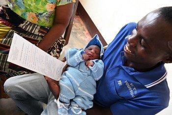 Na República Democrática do Congo, pai recebe certidão de nascimento do filho