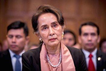 म्याँमार की राजनैतिक नेता आंग सान सू ची संयुक्त राष्ट्र के हेग स्थित अंतरराष्ट्रीय न्यायालय में पेश होते हुए (10 दिसंबर 2019)