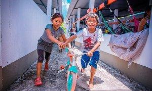 Niños refugiados venezolanos juegan en un albergue de Manaos, Brasil