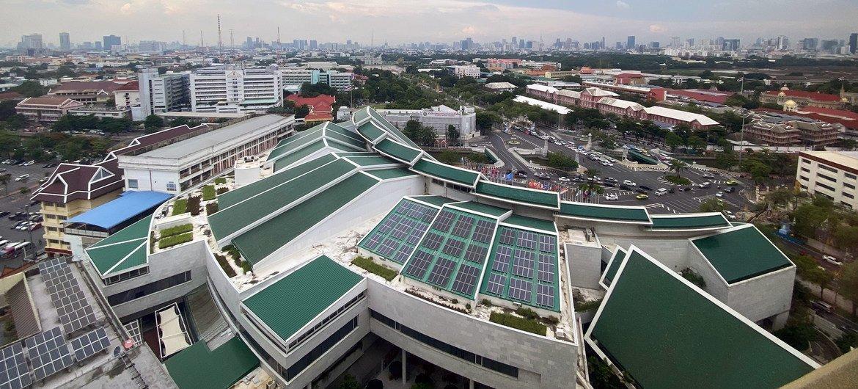 थाईलैण्ड की राजधानी बैन्कॉक में यूएन आर्थिक व सामाजिक आयोग कार्यालय की छत पर सौर ऊर्जा पैनल.